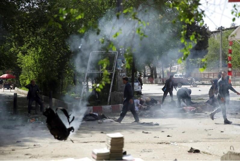 圖為喀布爾連環爆炸現場畫面。美聯社