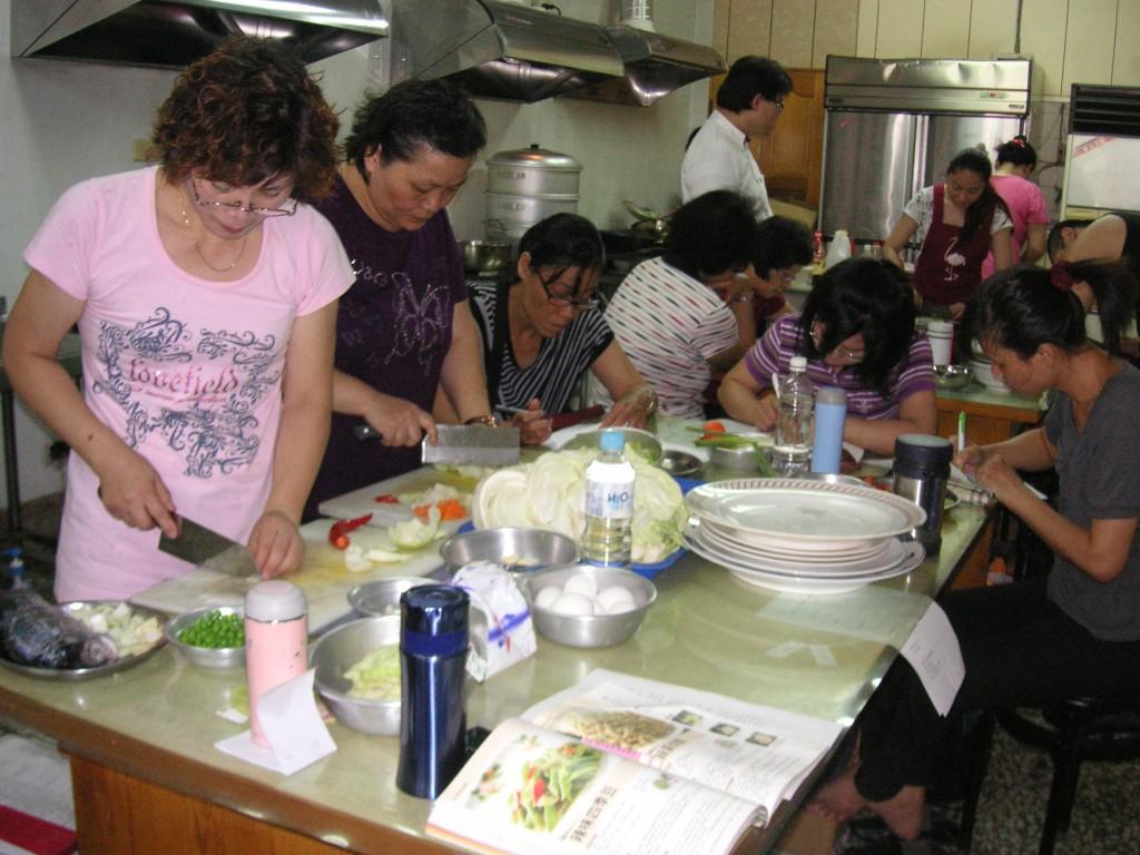 除了免學費、交通費外,考取證照後,扶輪社將為媽媽們開設餐廳供其經營。(示意圖,非本人,圖片來自彰化縣勞工處)
