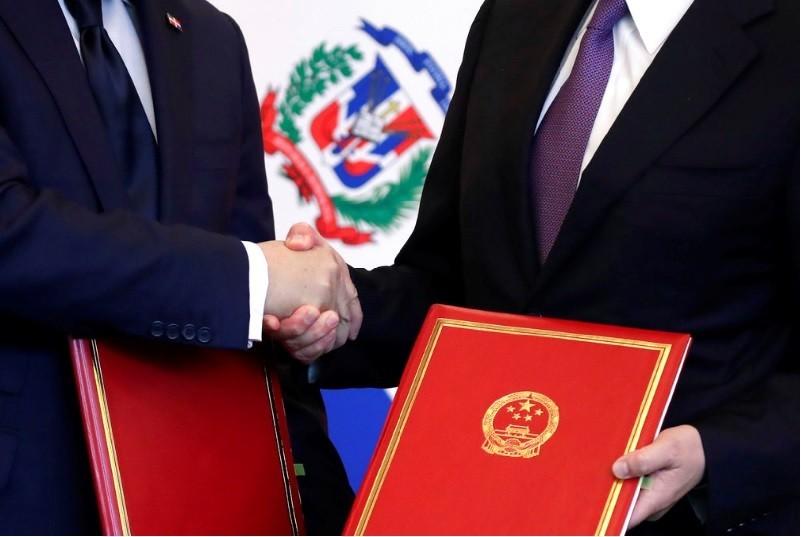 中國國務委員兼外交部長王毅(右),昨(1)日上午在北京與多明尼加外長瓦爾加斯,簽署建交聯合公報。美聯社