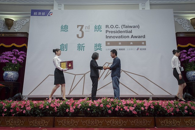 Huang Sheng-yuanreceives the Presidential Innovation Award from President Tsai Ing-wen on April 30 (Photo courtesy of the Presidential Office)