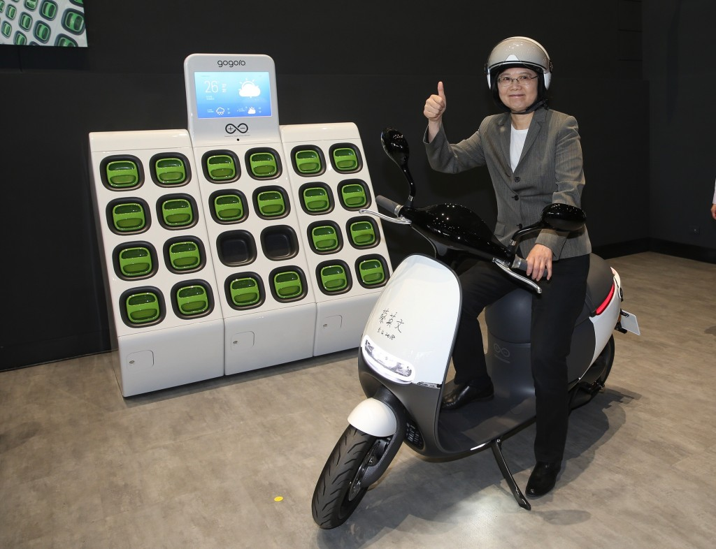 蔡英文總統今(4)日到桃園參訪電動機車產業領頭羊睿能創意(Gogoro)公司