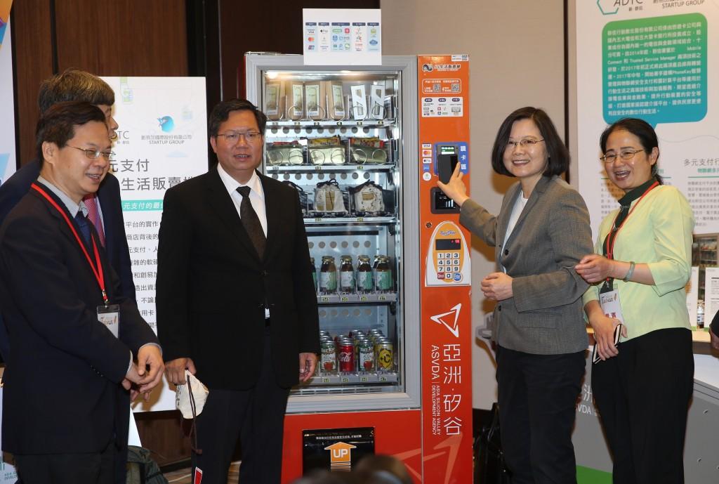 照片右二為台灣總統蔡英文,右三為桃園市長鄭文燦。
