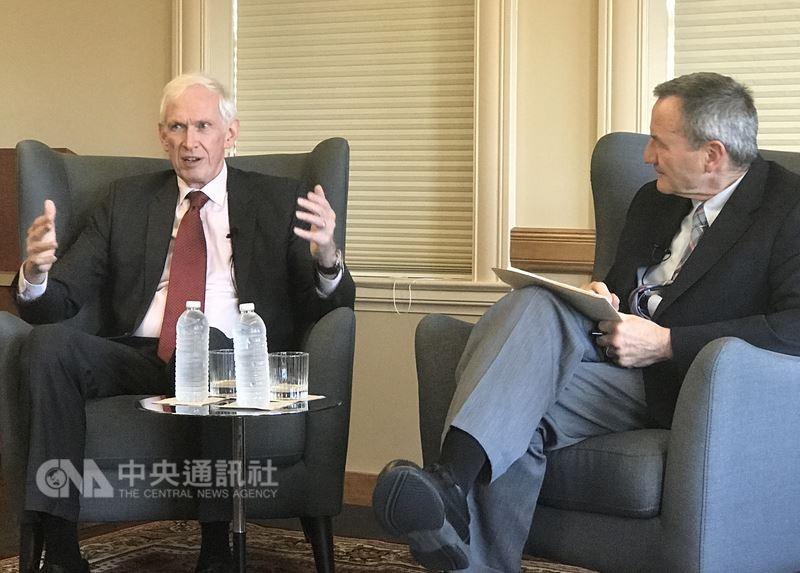 美國在台協會主席莫健(James Moriarty)(左)3日在史丹佛大學演說(圖/中央社)