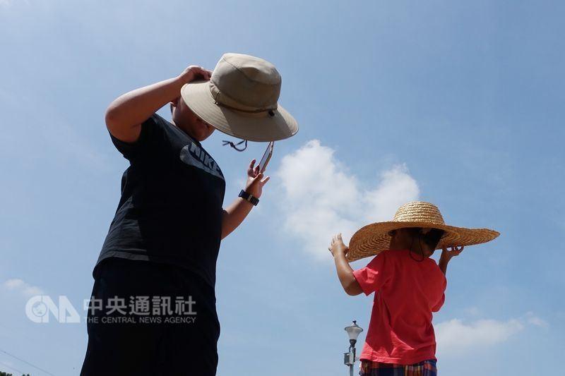 中央氣象局預報,6日與7日台灣各地仍是白天悶熱天氣,西半部高溫上看攝氏34度。(中央社檔案照片)