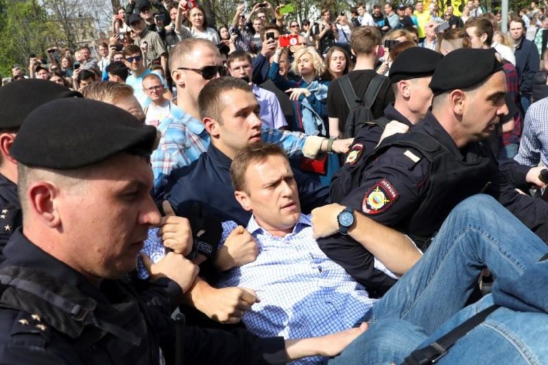俄羅斯反對派領袖納瓦尼(中)遭警方架走並予以逮捕。美聯社
