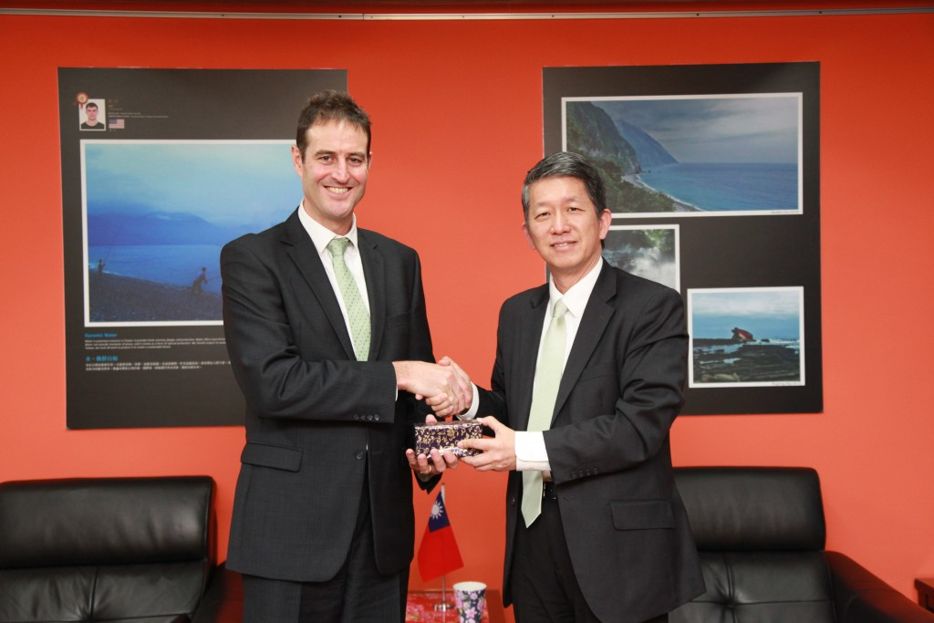 MOE Mr. Andy Bi, Director-General, DICE, and Mr. Gary Cowan, Representative, Australian Office in Taipei, Australia (image from MOE official website)