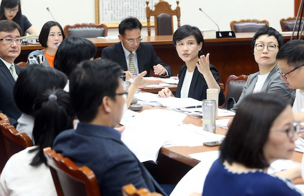 Minister of Culture Cheng Li-chiun participates in the review of the draft Development Act of National Languages at the Legislative Yuan