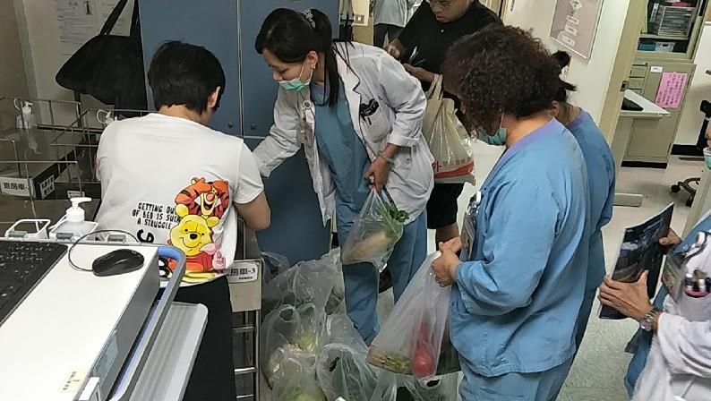 醫護發揮愛心聯手買菜,短短2小時內,賣菜伯攤上的菜就順利銷售一空。(照片由彰化基督教醫院提供)