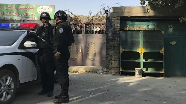 圖片顯示一所在新疆的再教育中心,門口有警方戒備(圖片來源:美聯社)
