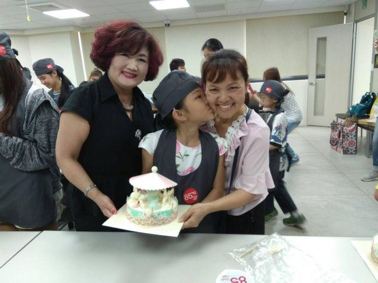 彰化家扶中心6日舉辦「母親節親子彩繪蛋糕」活動,邀請彰化縣受助家庭及寄養家庭的媽媽們一同參加(彰化家扶中心提供)