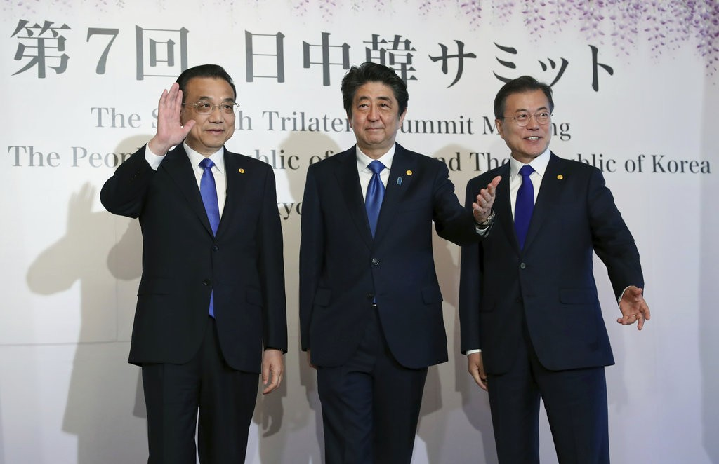 李克強(左一)、安倍晉三(左二)及文在寅(美聯社提供)