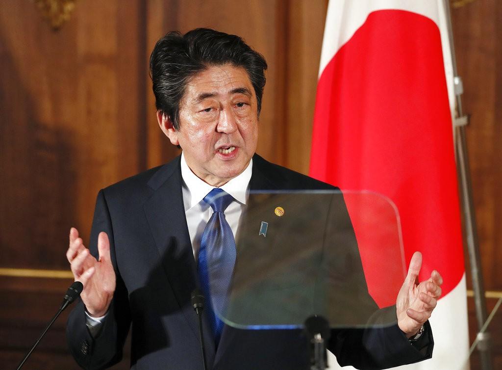 日本首相安倍晉三在日中韓高峰會後記者會發言(美聯社提供)