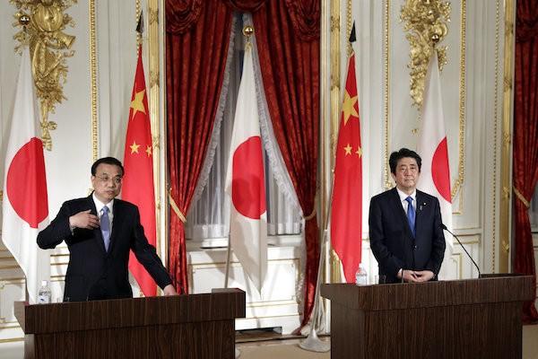 中國總理李克強與日本首相安倍晉三於9日召開聯合記者會(照片來源:美聯社提供)