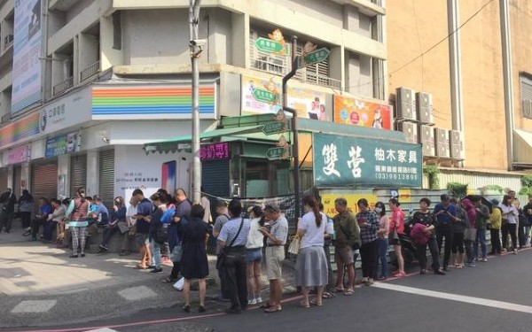 Taiwanese wait in line for special 4G deal. (Breaking News Commune photo)