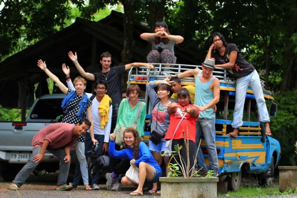 台灣青年與來自世界各國之青年志工合影。(照片由駐泰處提供)