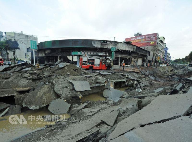 2014年7月31日深夜,高雄市凱旋和三多路等處發生大爆炸,造成32人死亡、300多人輕重傷,數十棟民房毀損。(中央社檔案照片)