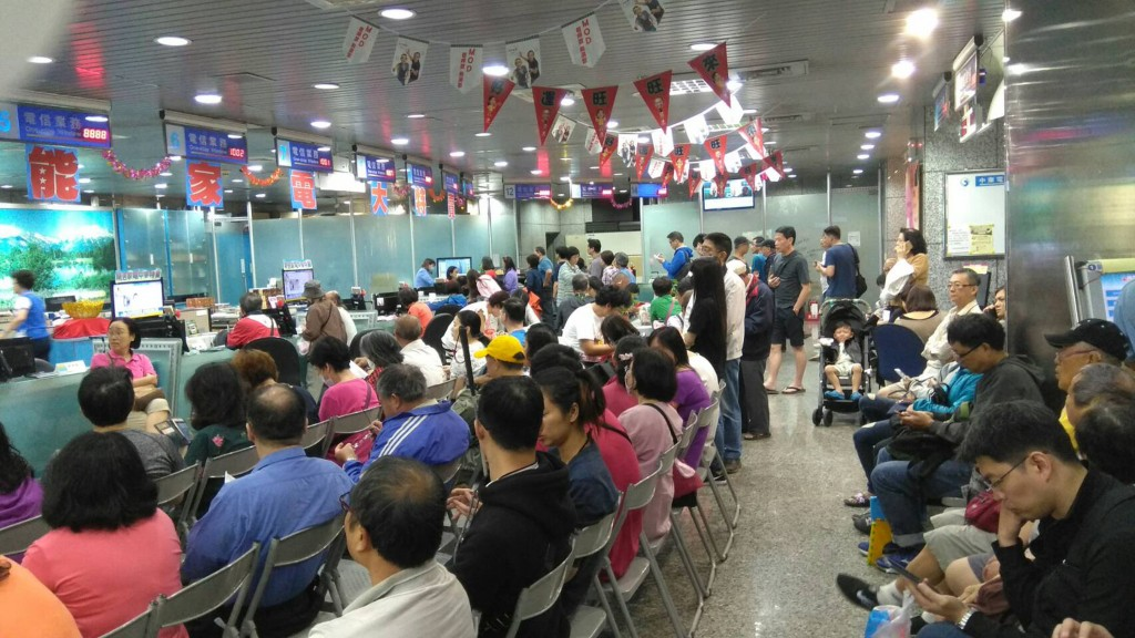Crowds at a Chunghwa Telecom office.