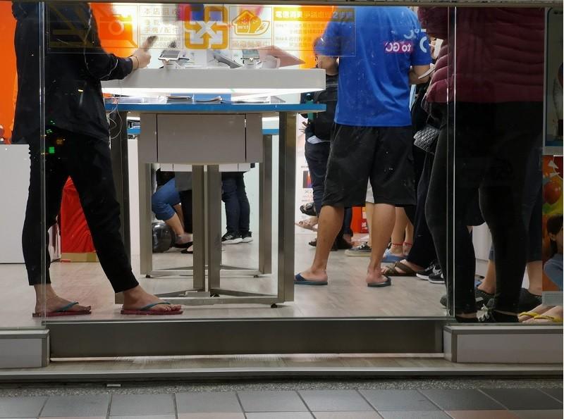 申辦吃到飽的消費者到下班時間仍無法處理完畢,電信業者拉下鐵門繼續加班處理 。翻攝「靠北電信業奧客」臉書