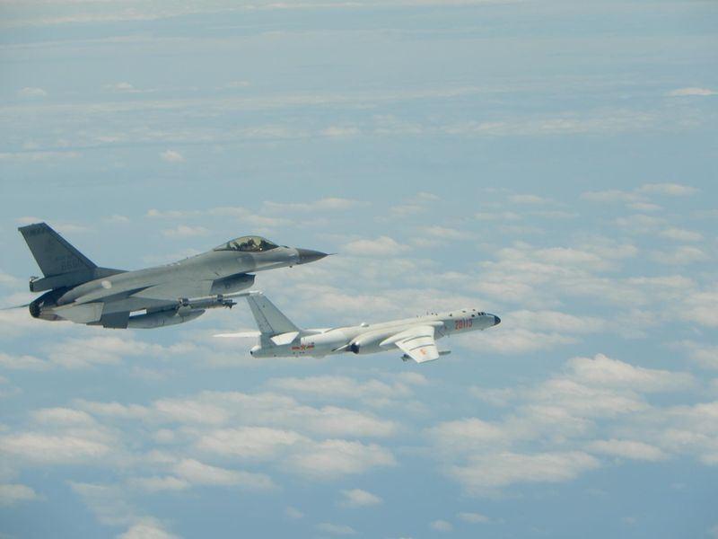 共機再度繞台,空軍司令部11日公布F-16戰機(左)升空監控共機轟6(右)的畫面。(圖/中央社)