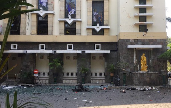 印尼第二大城泗水傳出三座教堂遭多名炸彈客攻擊(照片來源:美聯社提供)