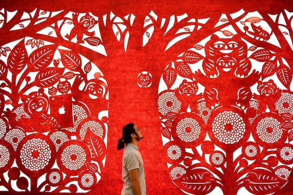 Taiwanese paper cutting artist Yang Shih-yi will create an art installation for the Taichung World Flora Exposition in November (Photo courtesy of Tai