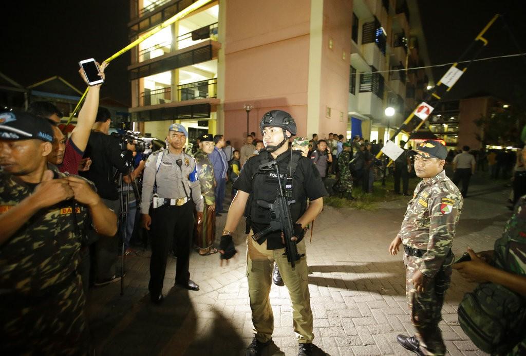 印尼警方於13日晚間發生爆炸的泗水郊區一公寓外(美聯社)
