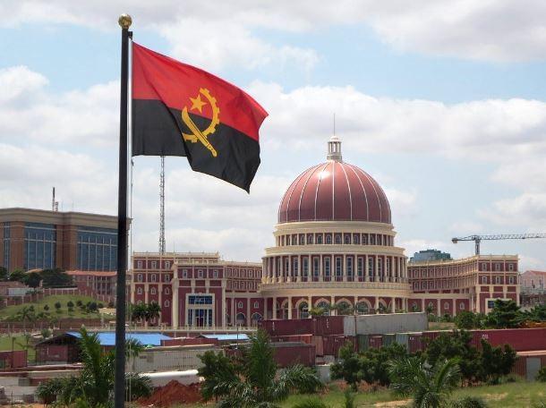 安哥拉國會大廈。圖中旗幟為該國國旗(維基百科)
