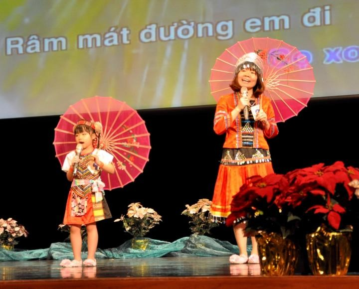 母子檔阮梅香及黃璟媛,手持可愛小傘合唱越南歌曲「Ca tuan deu ngoan(天天都乖)」(翻攝自社教館)