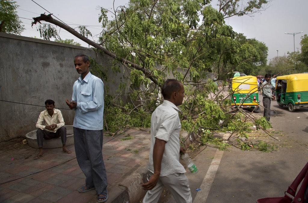 印度北部暴風雨肆虐後場景(美聯社)