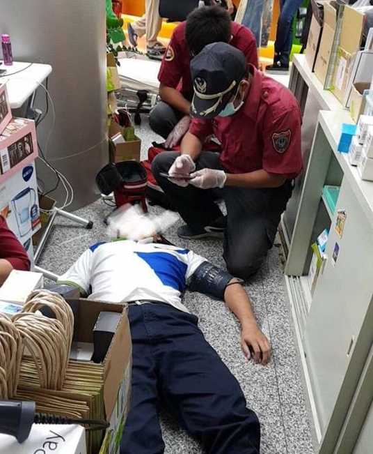 An employee suffering exhaustion amid the '499 Chaos' (Image from 靠北電信業奧客 FB group)
