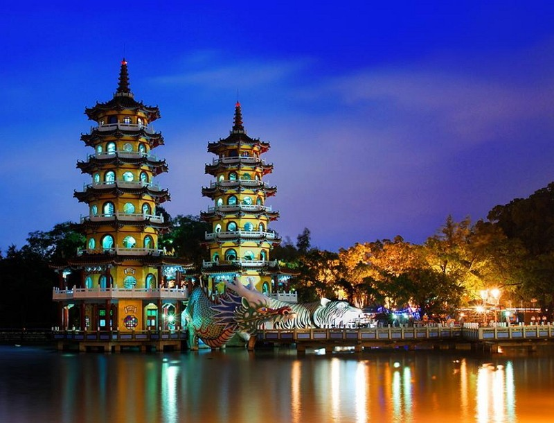 The Dragon and Tiger Pagodas in Kaohsiung (Image from Facebook account  蓮池潭觀光商圈)