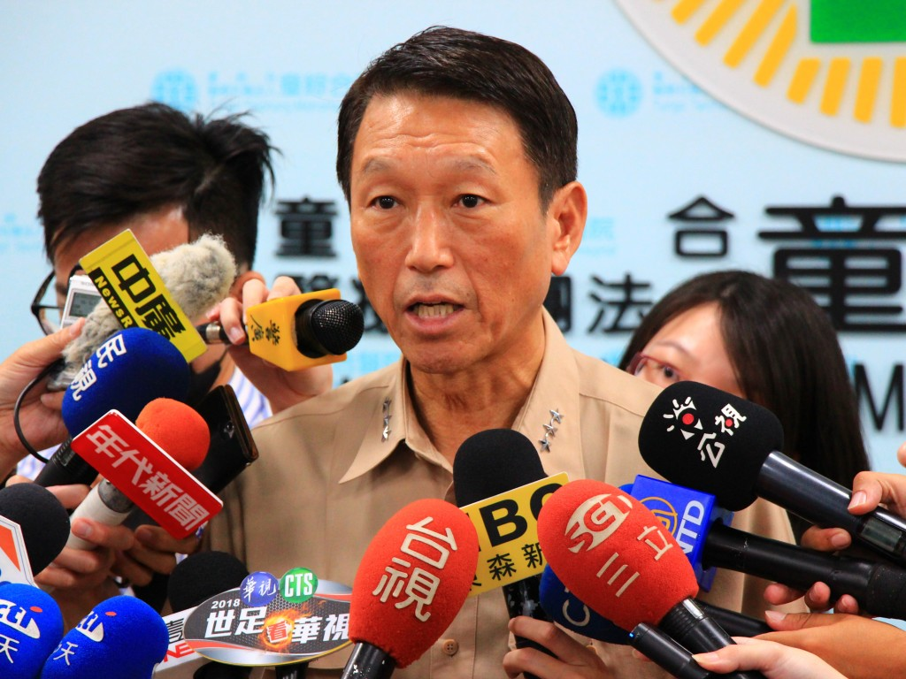 Chief of General Staff Lee Hsi-ming explains Thursday's parachute incident to reporters.