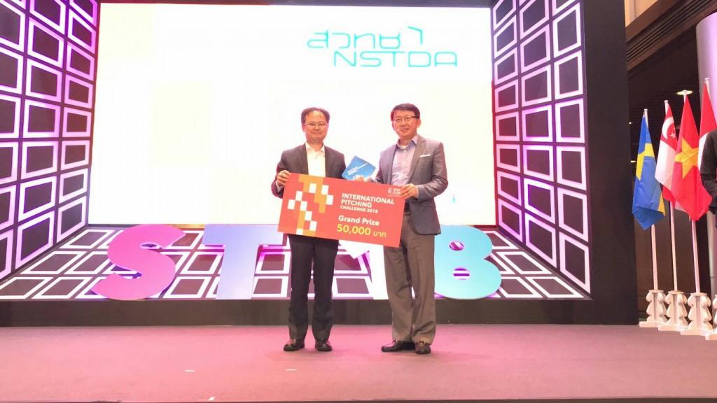 頒獎人泰國科技創新政策辦公室秘書長 Dr.Kitipong Promwong(左)與畢士大生技鄧玉立總經理(右)合影。