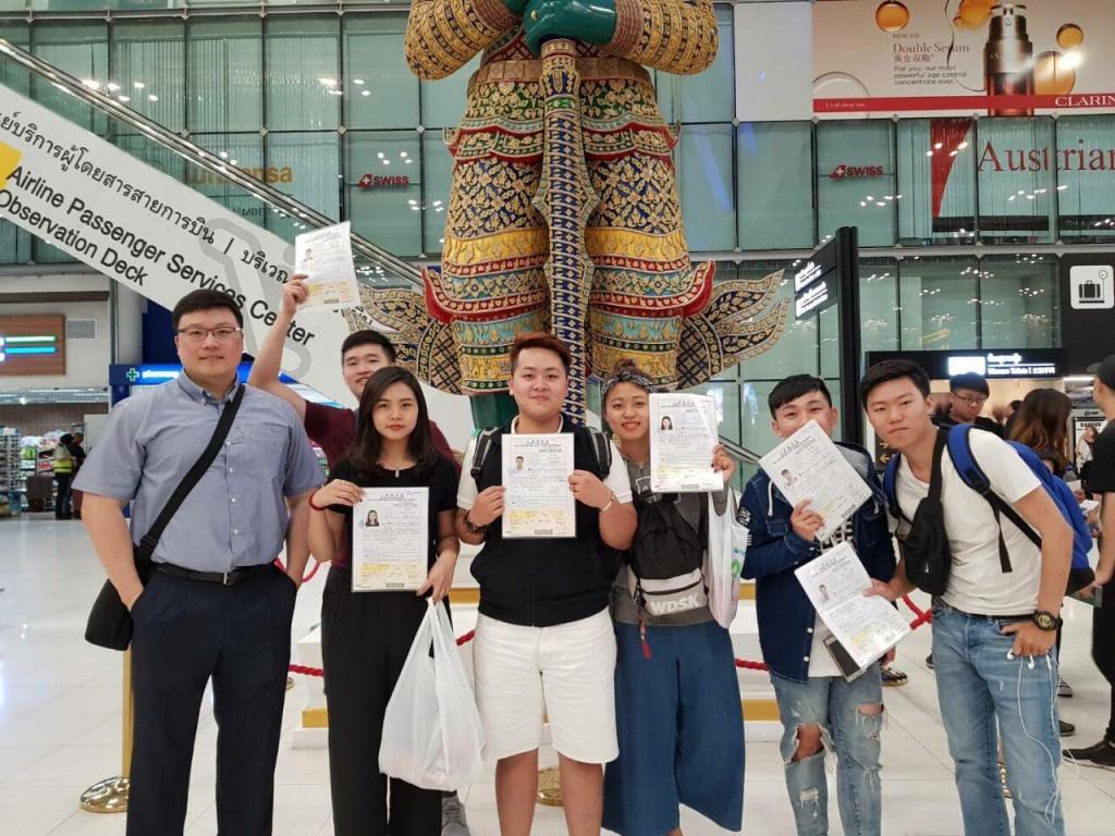 學生在機場完成登機手續後特別向代表處的協助表示感謝,並開心合影。(圖片提供:外交部)