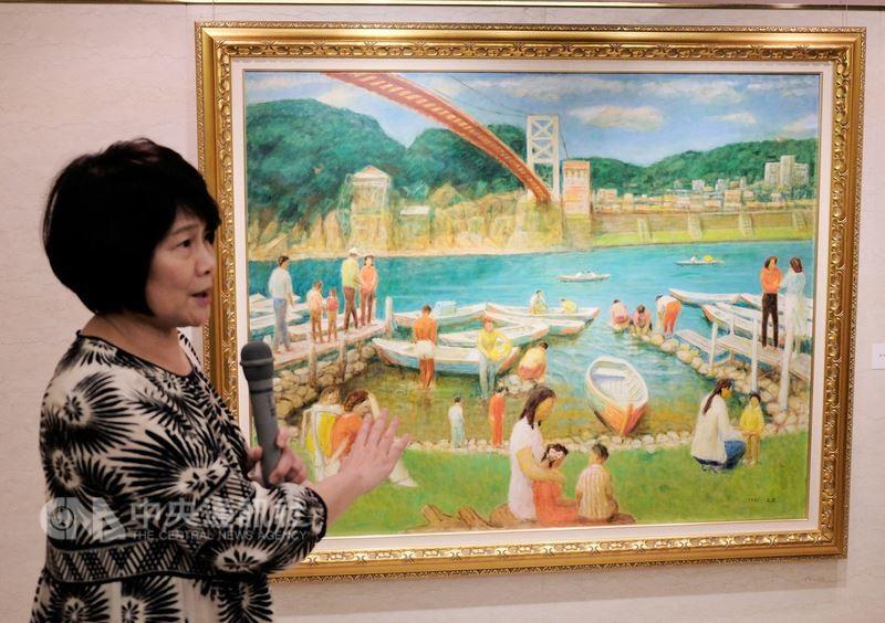 國家文化藝術基金會董事長林曼麗20日向參加開幕貴賓介紹李石樵的「碧潭」畫作。(圖/中央社)