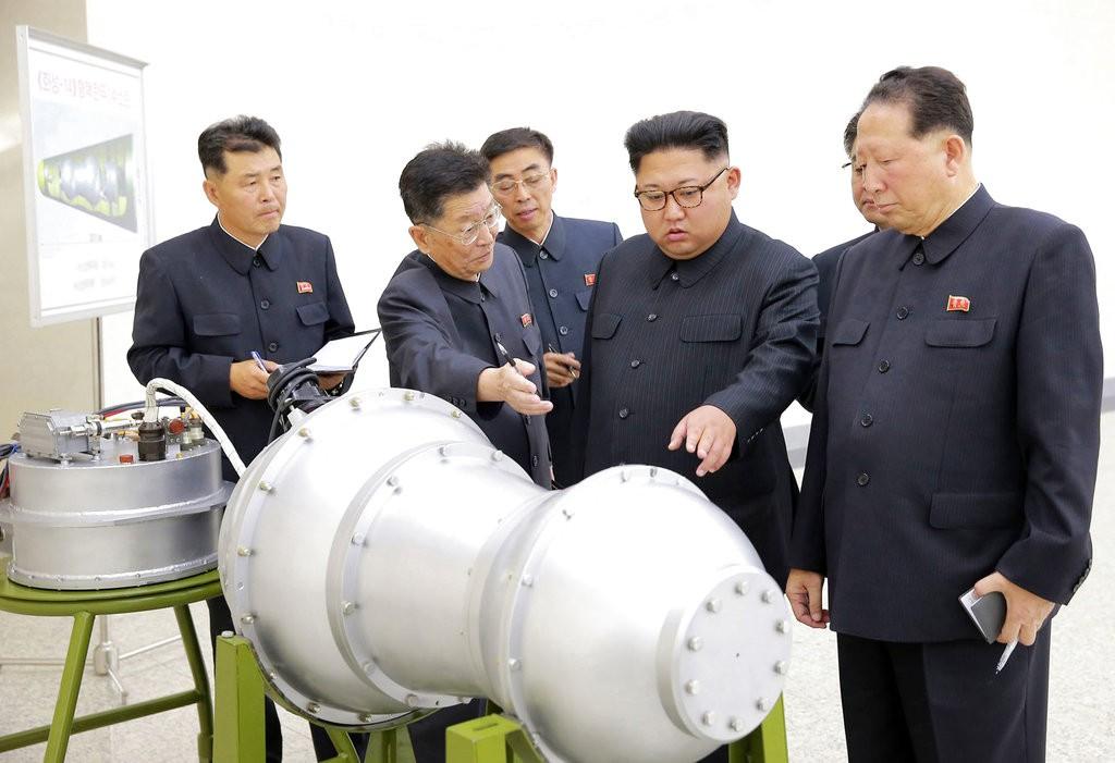 金正恩在去(2017)年9月參觀核武試驗中心的資料照(美聯社提供)