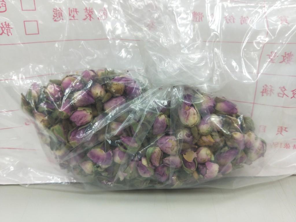 萬華區德安青草店的「玫瑰花」遭檢出殘留農藥殺蟲劑賽果培(Thiacloprid)。(圖片來源:北市衛生局提供)