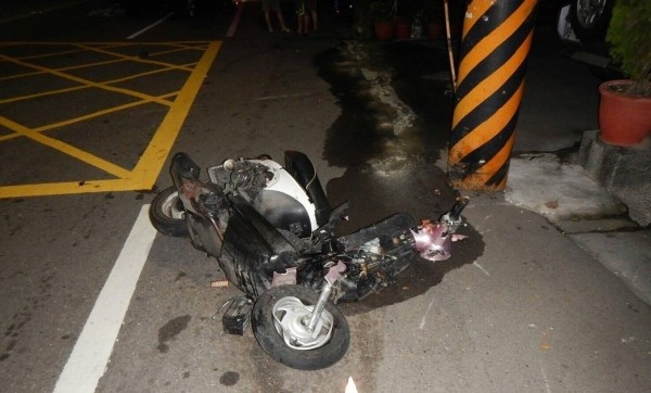 Mangled scooter. (Taichung Police image)