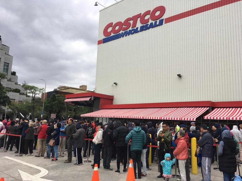 Taiwanese customers lineup at Costco. (Image from Costco Facebook page)