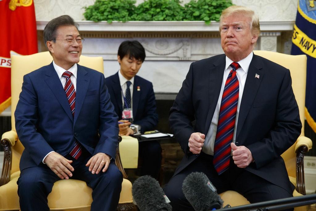南韓總統文在寅(左)和美國總統川普(美聯社)