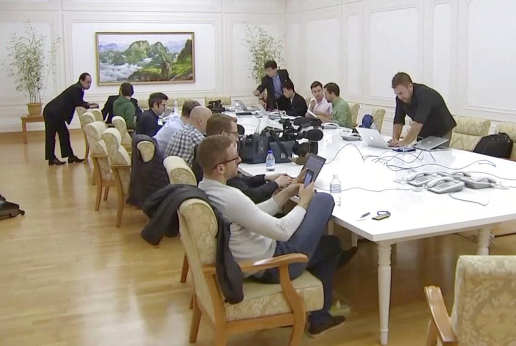 外國記者在北韓元山的飯店内使用網路(美聯社)