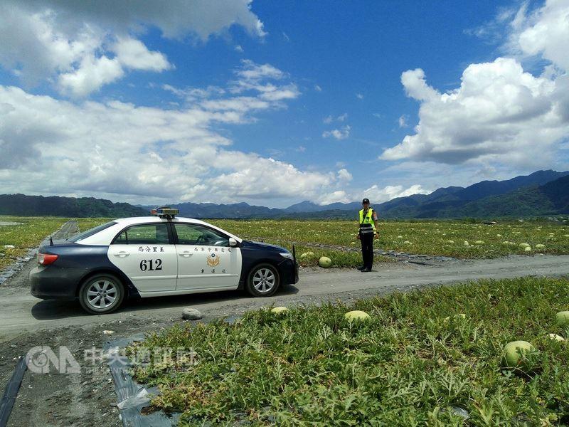 花蓮縣警局玉里分局執行「護瓜專案」,針對西瓜易遭竊的時段,統合各項警力,維護農民資產。中央社