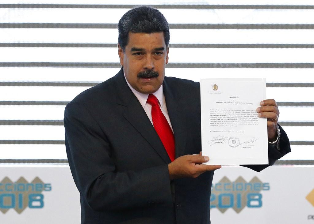 委内瑞拉總統馬杜洛手持當選證明(美聯社)