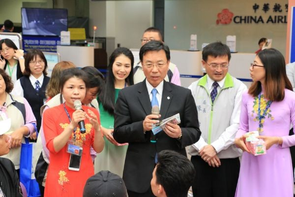 張副市長帶領越籍新住民志工向機場越籍民眾宣導(台南市政府提供)