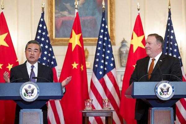 美國國務卿蓬佩奧(右)23日在華府與中國外交部長王毅會談(照片來源:美聯社提供)