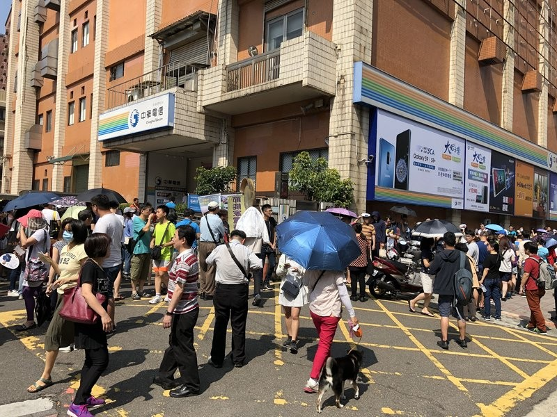 Customers swarm around Chunghwa Telecom store.