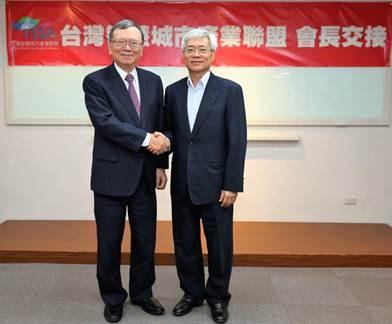 鄭優董事長(左)與蘇亮董事長交接。