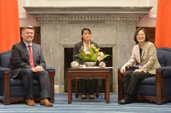 U.S. Senator CoryGardner meets with President Tsai Ing-wen on May 26 at the Presidential Office