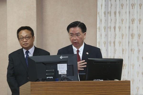 外交部長吳釗燮(右)28日赴立法院外交 委員會報告及備詢