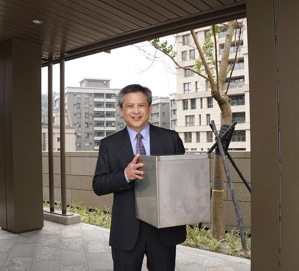 美國在臺協會處長梅健華(Kin Moy)手上握著時空膠囊(照片孿:截取自美國在臺協會臉書 https://goo.gl/18vnJK)